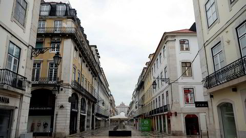 Unntakstilstand og portforbud rådet under pesten i Portugal i 1899. 30. mars i år var Augusta-gaten i Lisboa folketom igjen.