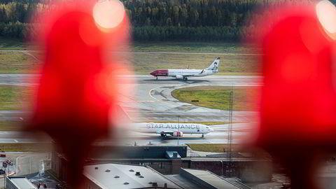 Det blinker rødt i regnskapene til både Norwegian og SAS – tross statlige redningspakker. Kontantbeholdningen minker fort og kundene venter fortsatt på refusjoner. Her fra Oslo lufthavn.