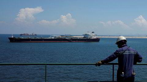 Rekordmange oljetankere ligger forankret i Sørøst-Asia med olje. Rundt halvparten av verdens flytende oljelagre er for tiden i Sørøst-Asia. Illustrasjonsfoto av oljetankeren Maran Cassiopeia ved Tuas i Singapore i 2019.
