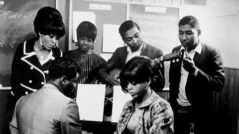 «Den som vet hvordan lover og pølser blir laget, får aldri mer en rolig natts søvn.» Otto von Bismarcks ofte siterte munnhell gjelder også for poplåters tilblivelse. Det beste er bare å nyte dem, og ikke vite noe om hvordan de ble til. På bildet er de legendariske låtskriverne Holland, Dozier og Holland i aksjon med The Supremes for Motown.