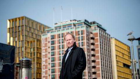 Reiselivsprofessor Kåre Sandvik, her med storhotellet Clarion The Hub i Oslo i bakgrunnen, anslår reiselivets inntektstap til 150 milliarder kroner i år og neste år. – Jeg frykter full kollaps, sier han.
