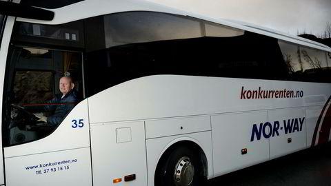 Daglig leder Tom Roger Øydne i ekspressbusselskapet Konkurrenten.no mener det er elendig bruk av offentlige midler å subsidiere togbillettene med stadig flere millioner.