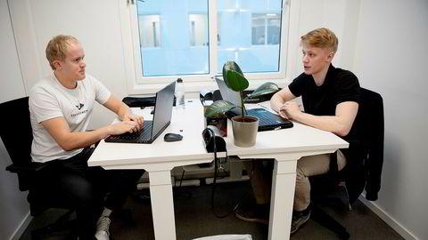 På Spaces i Oslo sentrum har de to gründerne og barndomskompisene Adrian Unhjem Johansen (23) og Erik Almendingen (24) leid et lite rom som fungerer som selskapets hovedkvarter. Begge har en bachelor i økonomi og administrasjon fra henholdsvis NLA og Oslomet.