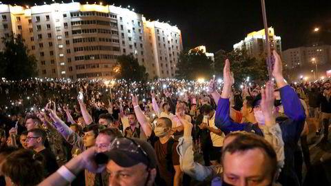 Det var store demonstrasjoner i Minsk søndag kveld i kjølvannet av presidentvalget.