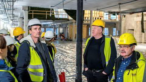 Konsulenten Kjell Kvam (midten) på omvisning i den nye skolen på Bjørnevatn i Sør-Varanger kommune. Kvam ledet prosessen med å velge entreprenør på oppdrag fra kommunen.