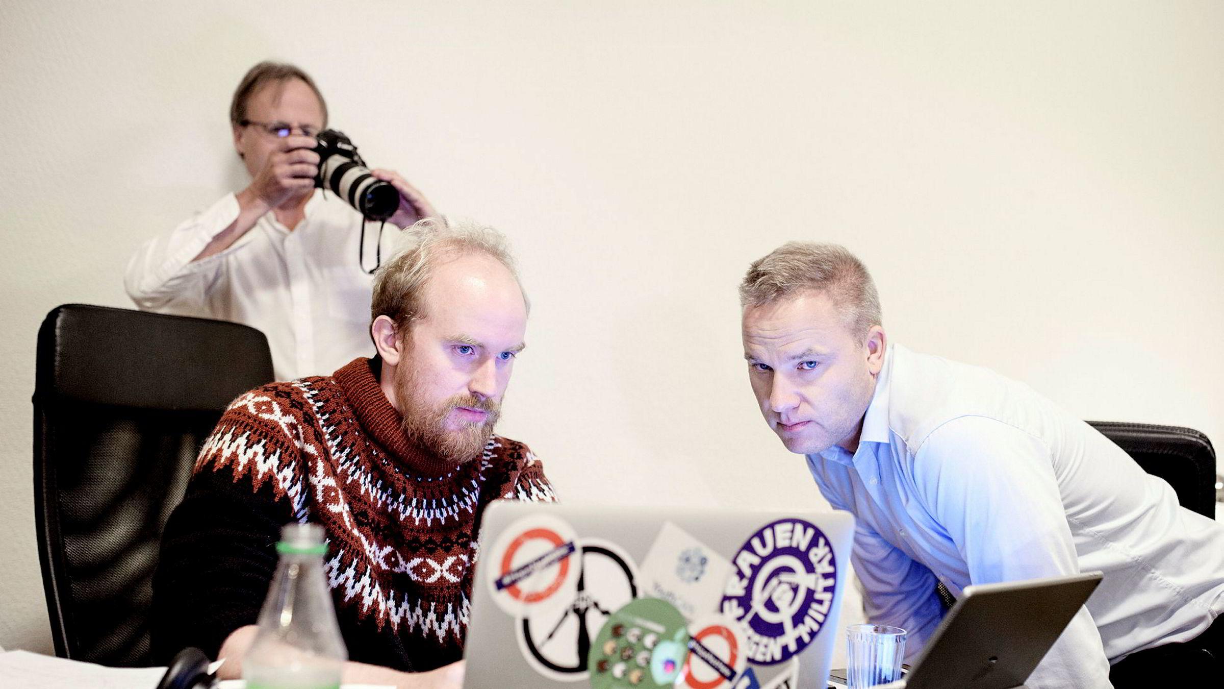 Bjørn Ihler (til venstre) og Resett-redaktør Helge Lurås (til høyre) følger med på skjermen idet Resett lanseres kvelden 28. august. Bak står internettpioneren Håkon Wium Lie, som var en av de tidlige støttespillerne for avisen.