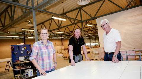 De hadde gasellestatus i fire år på rad før selskapet deres møtte veggen. Nå er Ellen Knudsen, Ragnar Olsen (i midten) og Tom Knudsen på vei til å skape nok en gaselle med prefabrikkerte bad.
