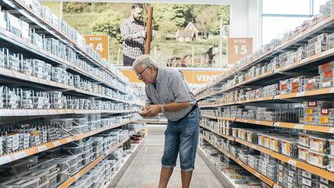 Rustfrie skruer er lov, men ikke bil- eller båtprodukter i Biltemas varehus på Forus utenfor Stavanger. Det synes kunde Alf Ole Stranden er rart.