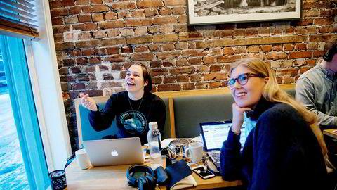 Hverken Inger Marie Lampe-Lupton (30, til venstre) eller Ida Aaboen (25) sliter ut fjernkontrollene. Seerflukt og reklamesvikt har preget tv-høsten. Mediebarometeret for 2017 viser en smal vekst for tv-reklame.