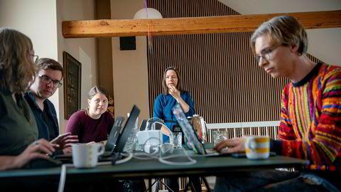 Confrere har ikke noe eget kontor, og de ansatte jobber vanligvis eksternt. Fordi pågangen er så stor har de opprettet et såkalt «war room» hjemme hos en i selskapet. Fra venstre er Marie Røthing Hørlyck, Dag-Inge Aas, Ingvild Inderbø, produktsjef Ida Aalen og Paul Verbeek-Mast.