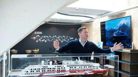 Hurtigruten-sjef Daniel Skjeldam bruker mye tid på å markedsføre de nye hybridskipene som skal gi størst vekst i inntektene fremover. Her foran en modell av ett av skipene – MS «Roald Amundsen» – på hovedkontoret i Oslo.