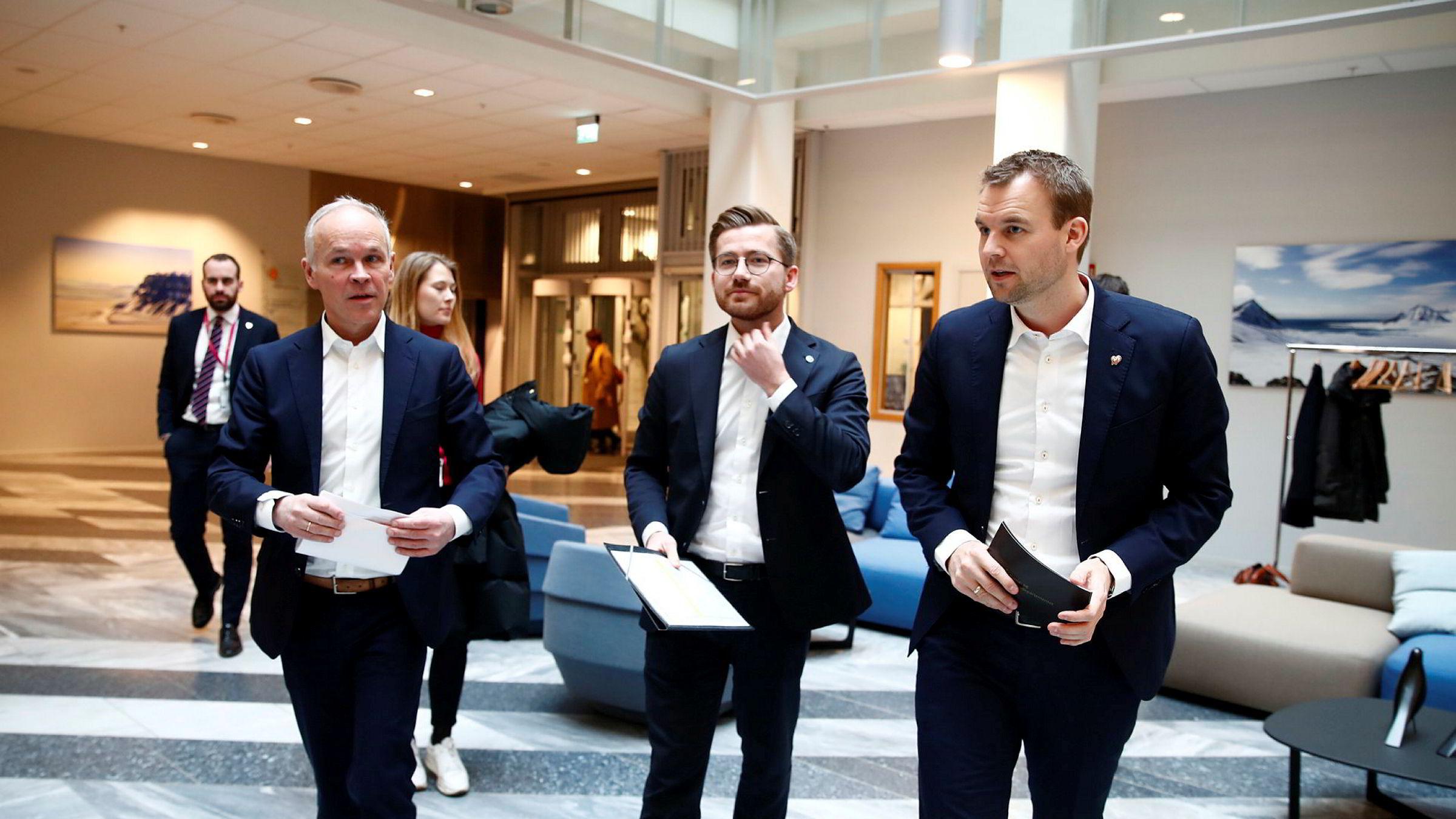 Finansminister Jan Tore Sanner (H) (f.v), klima- og miljøminister Sveinung Rotevatn (V) og barne- og familieminister Kjell Ingolf Ropstad (KrF) før en pressekonferanse om Norges forsterkede klimamål for 2030.