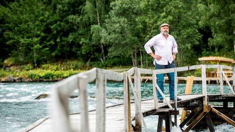 Knut Munthe Olsen er grunneier av den lakseførende strekningen av Årøyelva i Sogndal. Varmen i sommer har gjort at temperaturen i elven er opp mot 18 grader, noe som gjør at laksefangsten er ned mot 60–70 prosent av normale år.