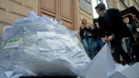 Aktivister fra ungdomsbevegelsen Vesna protesterte nylig utenfor lokalene til telemyndighetene Roskomnadzor i St. Petersburg.