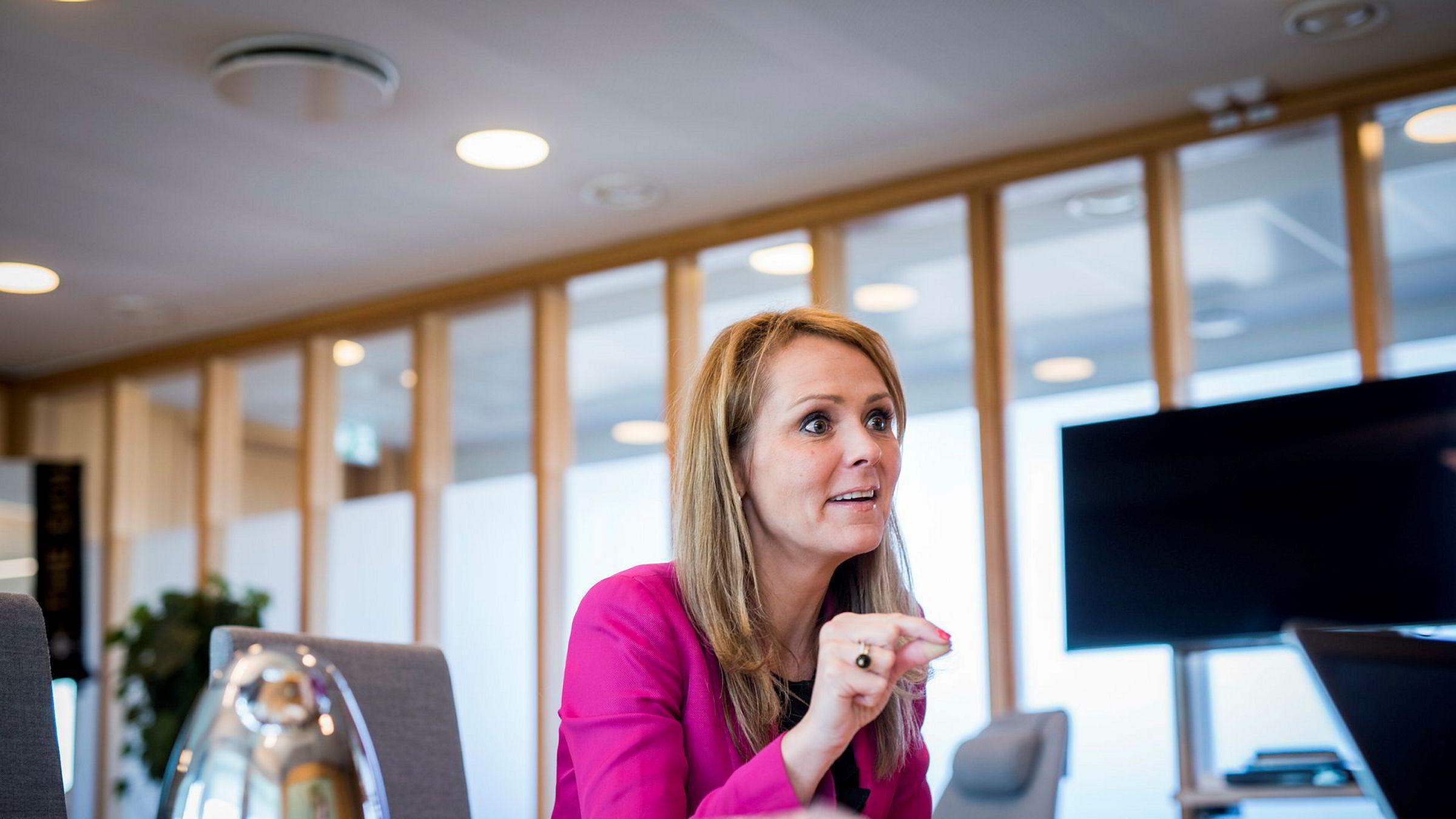 Kulturminister Linda Hofstad Helleland bestiller ny utredning om forholdet mellom NRK og kommersielle konkurrenter.