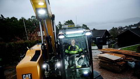 Daglig leder Lasse Belland i Belland Graving as var denne uken selv ute med gravemaskin i Kristiansand. Men han har sagt opp avtalen om å jobbe på E18-prosjektet, fordi han da måtte ha fagorganisert arbeiderne.