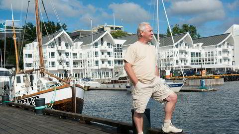 Erik Berg i Classic Norway Hotels, her med Molde Fjordstuer i bakgrunnen, mener regjeringens krisepakke blir som å legge reiselivet i respirator. Og når den blir slått av, vil veldig mange dø, sier han.