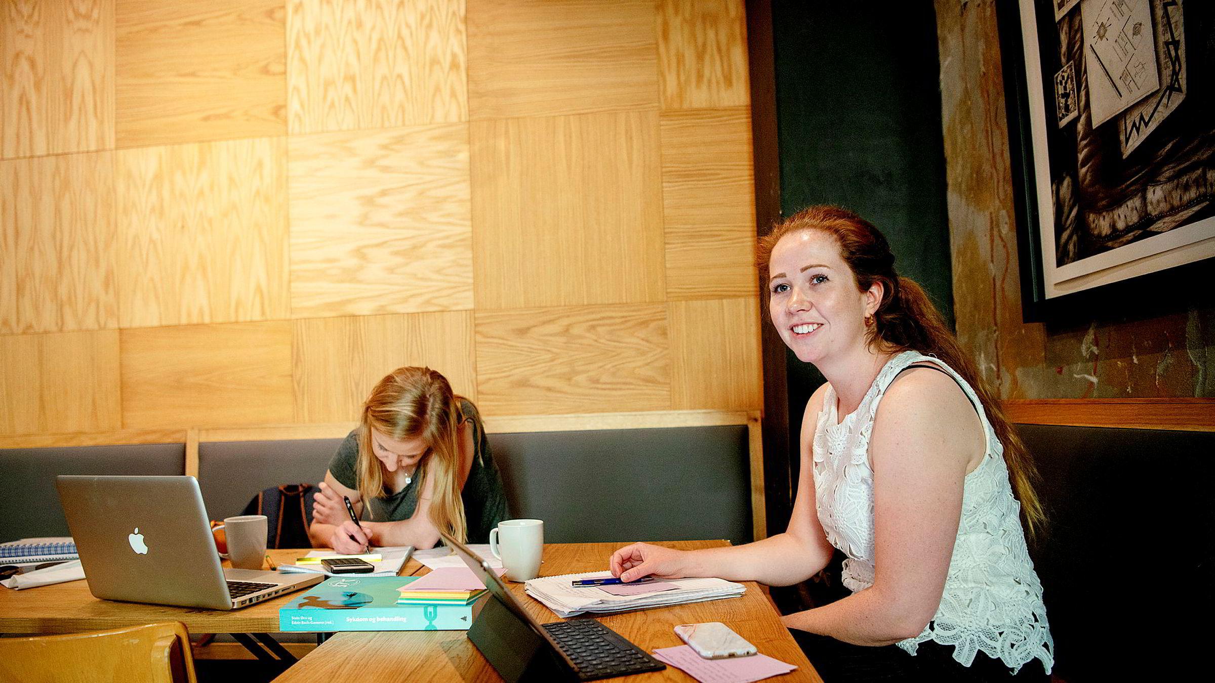 Marthe Eldegard (til høyre) og venninnen Karoline Ellefsæter leser til eksamen. Eldegard bruker selv flere tjenester som behandler hennes personlige opplysninger, blant annet nettbutikker, sosiale medier og apper.