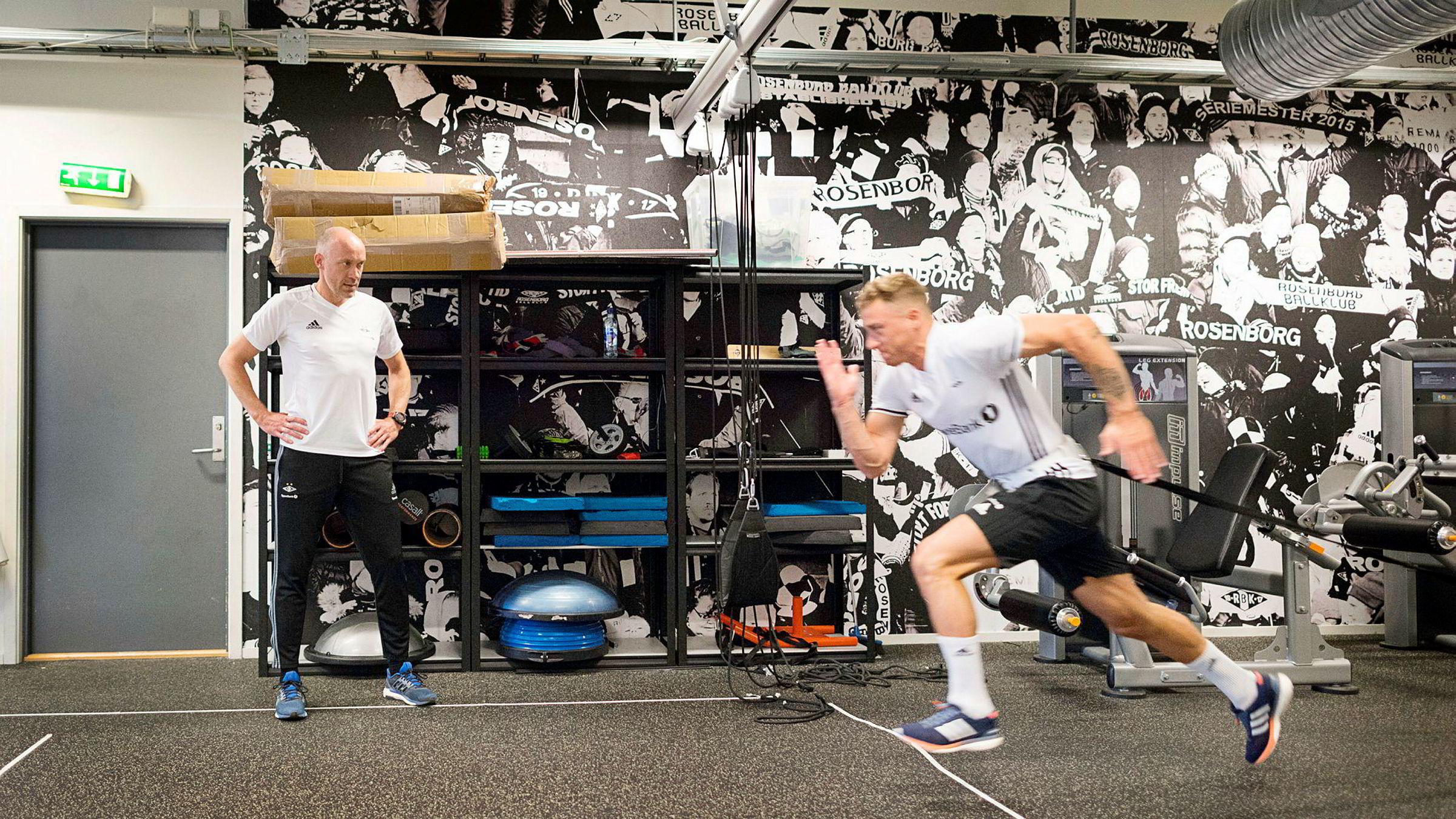 Olympisk mester Vebjørn Rodal bistår Rosenborg med tanke på å få spillerne til å løpe kjappest mulig til dit ballen til enhver tid er. Her rykker Alex Gerbach til med vekter på slep.