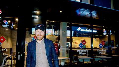 Toppsjef i Domino pizza Norge Kenneth Lorentzen har en opptrappingsplan som tilsier 50 restauranter og en halv milliard i omsetning i år, men dette skal dobles. Her besøker han en restaurant på Helsfyr i Oslo.
