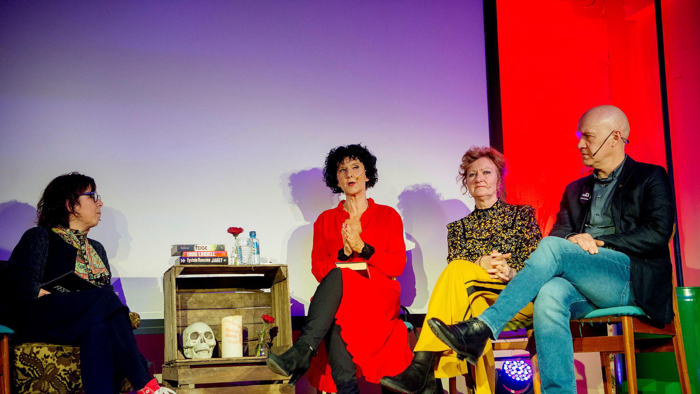 Anne Gaathaug er programleder under Krimfestivalen til Cappelen Damm (til venstre), her med Unni Lindell, Trude Teige og Eystein Hanssen i samtale om Kvinnlige forfattere med mannlig helt vs. mannlig forfatter med kvinnelig helt.