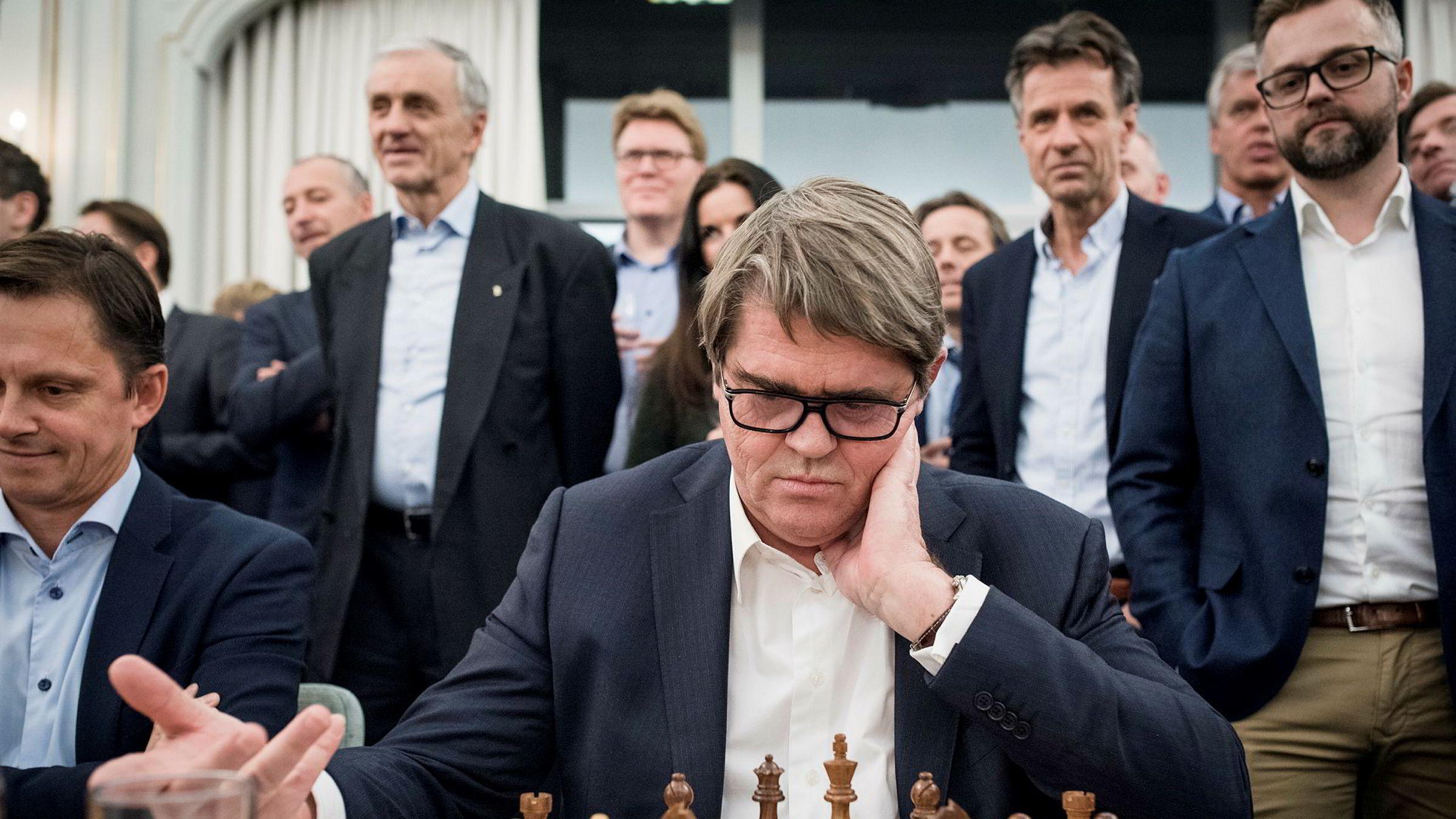 Jan Petter Sissener i spill mot verdensmester Magnus Carlsen under et arrangement av Carlsens sponsor Arctic Securities.