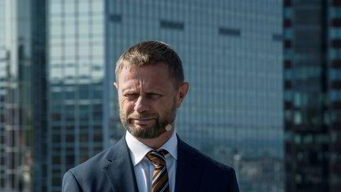 Forhåpentlig vil helseminister Bent Høie føle seg kallet til å fortelle Helsedirektoratet at det er sigarettsneipene, ikke askebegrene som er problemet.