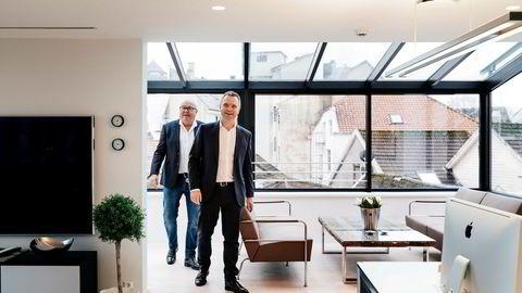 Morten Bjørnsen (til venstre) selger bygningen Rolfsengården til Harald Espedal og selskapet Retail Office Stavanger. Nå må han begynne å betale leie for kontoret sitt i fjerde etasje.