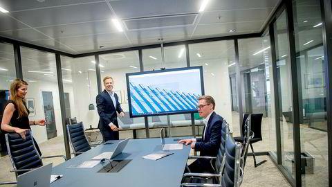 Partner Rune Opdahl (i midten) i Wiersholm får hjelp av blant annet forretningsutvikler Fredrik Hollen. Advokatfullmektig Nora Magistad Knutrud er involvert i flere prosjekter samtidig. – Det har vært veldig hektisk på nyåret, men noen har fått et pusterom siden innføring i Norge er utsatt, sier hun.