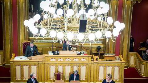Ap-leder Jonas Gahr Støre og statsminister Erna Solberg (H) på talerstolene i Stortinget. Bak lysekronen skimtes stortingspresident Olemic Thommesen (H), som mandag skal forsøke å løse Nobel-floken.