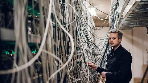 Kjetil Hove Pettersen, daglig leder i Kryptovault as, inne i maskinparken deres på Forus.
