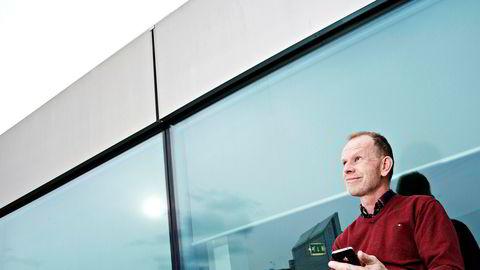 Teleanalytiker Tore Aarønæs mener Telenor og Telia utnytter et smutthull i reguleringen til å ta superprofitt på telefonsamtaler fra Norge til utlandet.