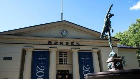 Hovedindeksen på Oslo Børs har latt seg påvirke av oljeprisfallet.