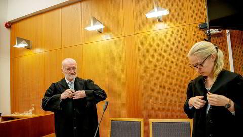 Advokatene Erling Olav Lyngtveit og Beatrice Brøndrup i advokatfirmaet Hjort representerer Odd Kalsnes. Kalsnes har ikke ønsket å bli avbildet under rettssaken.