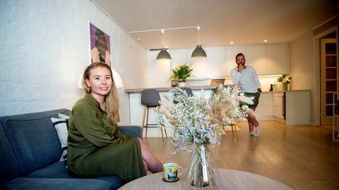 Kristina Markussen Borchgrevink (29) angrer på at hun ikke kom seg inn på boligmarkedet i 2009, mens hun studerte. Da ble hun skremt av snakk om en boligboble. Nå vil hun ikke la seg skremme. – Det vil alltid være en risiko å investere i fremtiden, sier hun. I bakgrunnen, samboeren Martin Lervik Bø.