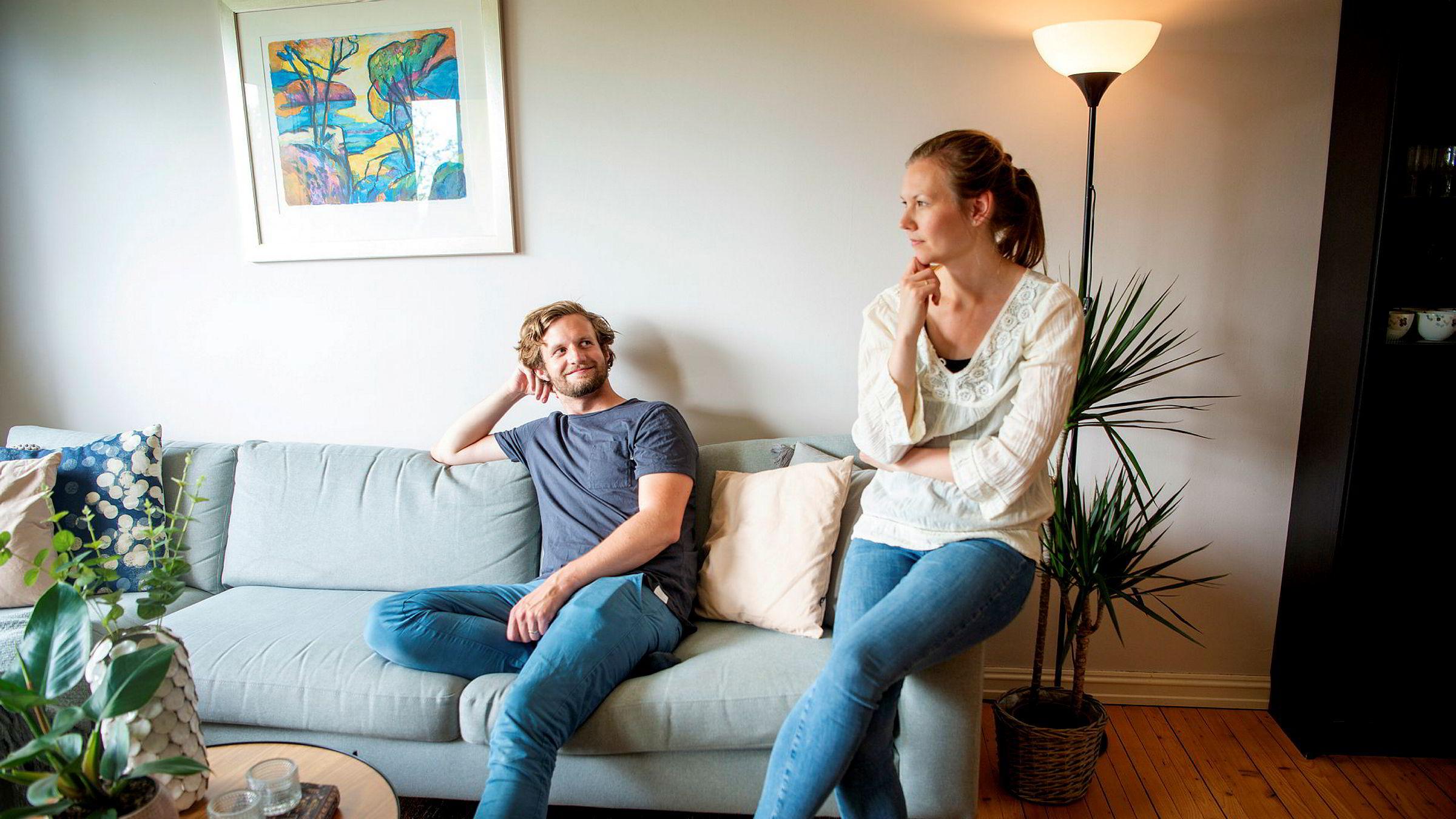 Vetle Vedeld (31) og Ida Heier Hovland (31) skal selge leiligheten på Tåsen i Oslo. Medieoppslagene om et boligprisfall har påvirket salgsstrategien: – Det gjør at man blir litt mer usikker, sier Hovland.