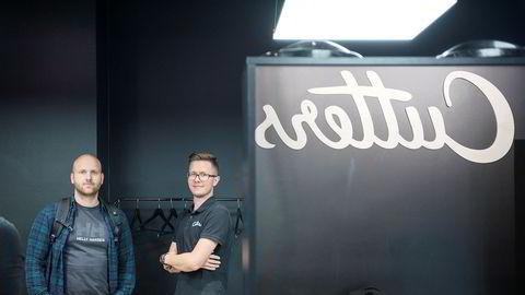 Michal Grzechowiak (til høyre) fikk besøk av politiet og kemneren da han var på jobb i Cutters-salongen på Gunerius i Oslo sentrum fredag. Sjefen Andreas Kamøy (til venstre) reagerer på at kontrollørene ikke godtar digitale kvitteringer og timelister.