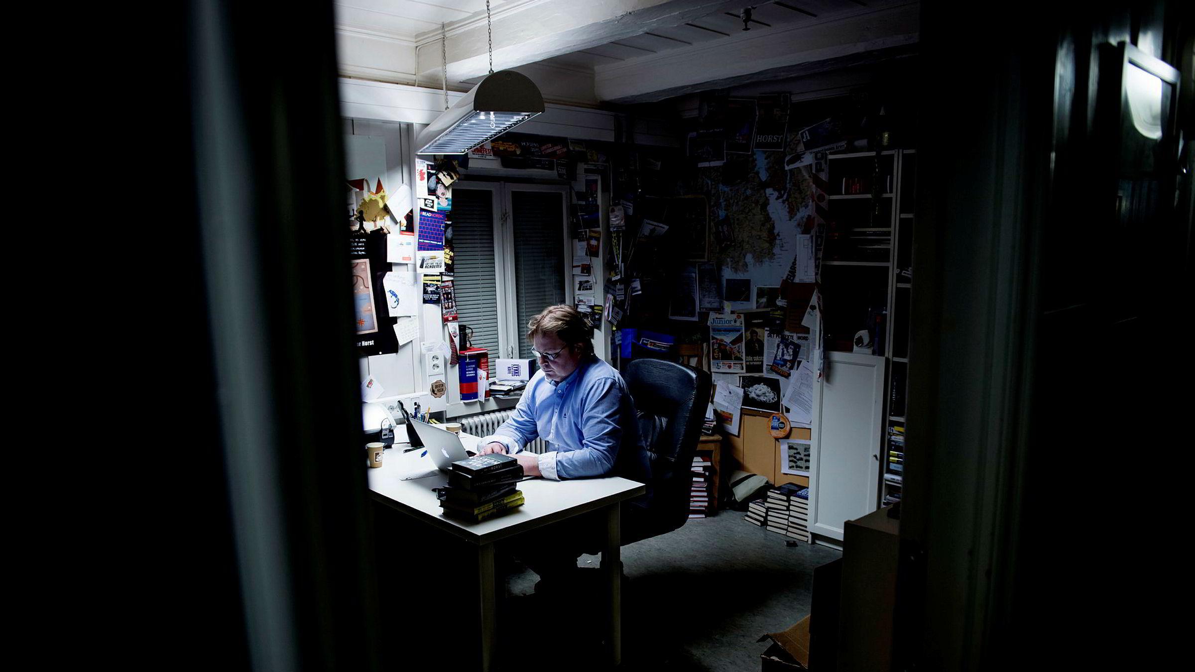 Vi har sett det i andre kulturfelt som musikk-, film- og spillbransjen. Nå skjer det også i bokbransjen, at forfattere ser at de ikke lenger trenger å ha et stort selskap i ryggen for å publisere godt innhold, skriver artikkelforfatteren. Her forfatter Jørn Lier Horst på kontoret sitt på Fredriksvern Verft i Stavern. Han har nylig startet sitt eget forlag med Petter Stordalen som investor.