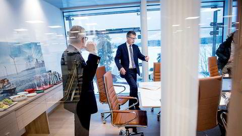 Styreleder Leif-Arne Langøy i DNV GL og Stiftelsen Det Norske Veritas informerte pressen torsdag om at Stiftelsen Det Norske Veritas nå kjøper ut de tyske eierne i GL Group. DNV GL skal nå være heleid av Stiftelsen Det Norske Veritas. Her sammen med pressetalsmann Per Wiggo Richardsen (til venstre).