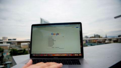 I 2018 klaget vi og andre forbrukerorganisasjoner også inn Google til flere europeiske datatilsyn for hvordan selskapet gjennom utspekulert design lurer og dytter brukerne til å godta å bli sporet døgnet rundt, skriver Inger Lise Blyverket.