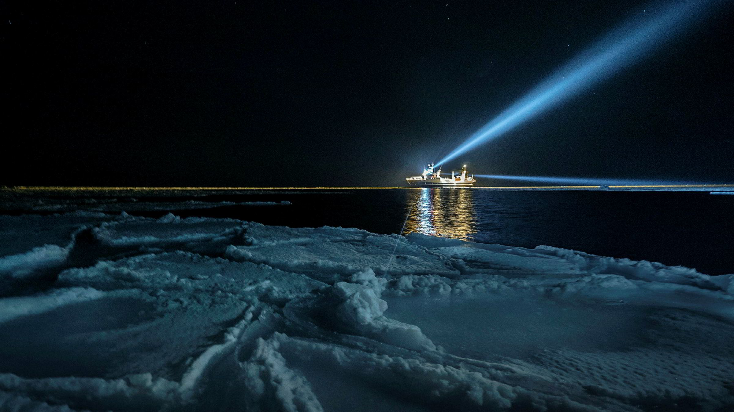 I den mørkeste tiden av polarnatten er det månen som lyser sterkest, noe som gjør at stort sett hele samfunnet av plankton og fisk skifter til en månestyrt døgnrytme og migrasjonsmønster, skriver Jørgen Berge. Her er forskningsskipet «Helmer Hanssen» på forskningstokt.