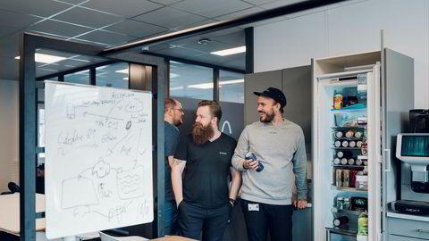 Et kjøleskap fullt med øl er viktig i billadeselskapet Easee. De ønsker å skape en annerledes bedriftskultur. Markedsdirektør Martin Langeland (til høyre). Utvikler Bjarte Skjørestad (til venstre) og salgsdirektør Caspar Mariero-Klees.