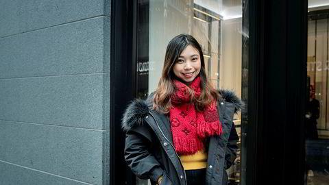 Patricia Liang har benyttet Oslo-besøket til shopping. Partneren som ikke er så god i engelsk, har fått i oppgave å bære Louis Vuiton-posene, og holder seg bak kameraet.