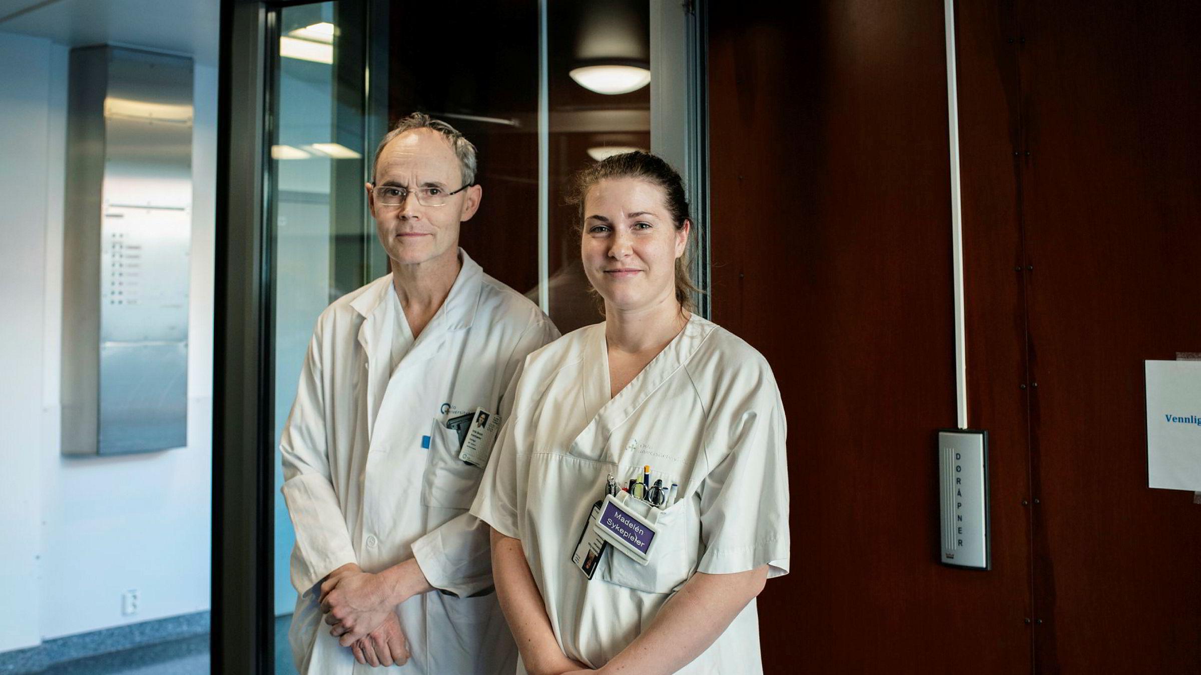 Madelén Foss Smedholen, beredskapssykepleier på isolatpost, og Arne Broch Brantsæter, overlege ved infeksjonsmedisinsk avdeling jobber hver dag med forberedelser på et mulig virusutbrudd i Norge.