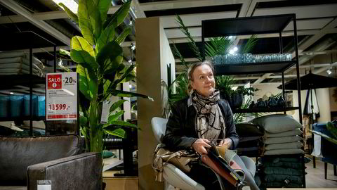 Møbelbransjen har opplevd økt salg i de siste ukene. Kunde Urszula Zubrzycka jakter en ny sofa i et Bohus-varehus på Alnabru.