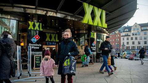 Oda Dahl (28) og datteren Frida (5) har handlet vintersko på salg hos XXL og reagerte på at det ikke var flere folk i butikken. Flere sportsbutikker sliter nå med salget.