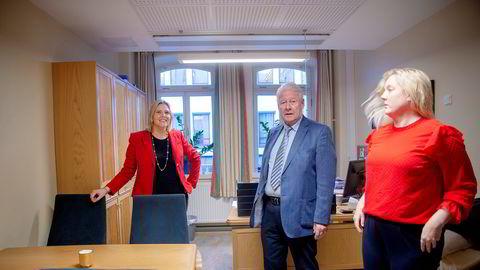 Carl I. Hagen skriver på Facebook at Frps regjerings-exit ikke var ønsket av partiledelsen. Her avbildet sammen med Frp-politikere Sylvi Listhaug (t.v.) og Aina Stenersen i forbindelse med et møte i partiets helsefraksjon på Stortinget.