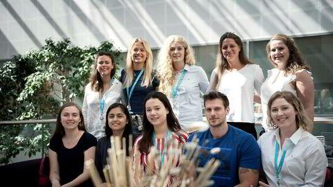 I år har Siemens kun én mann blant sine 12 sommervikarer. Øverst fra venstre: Nora Line, Sofie Rønvik Aslaksen, Linnea Espevik, Rebecca Holth Clasen og Kristin Fageraas. Nederst fra venstre: Ingrid Larssen, Bani Singh, Iren Han Thodesen, Mads Kolkin Sarastuen og Karita Bjelde.