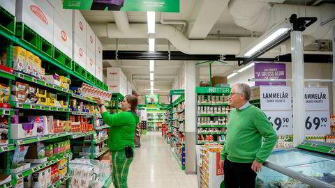 De siste ukene har salget skutt i været i mange av landets dagligvarebutikker og nå kutter Kiwi-sjef Jan Paul Bjørkøy i prisene. Her følger han med på at butikksjefen på Lierstranda fyller opp igjen de tomme hyllene med gjær.