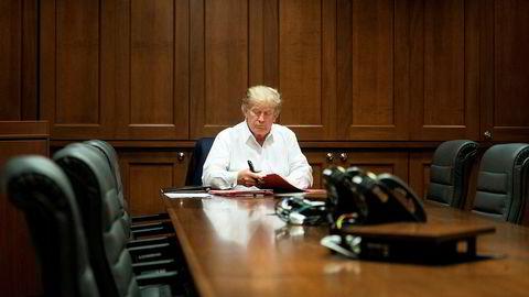 Bildet – som er sendt ut av Det hvite hus selv – viser Donald Trump som jobber fra Walter Reed militærsykehus, der han for tiden er innlagt med koronasmitte. Bildet ble sendt ut etter at Trumps stabssjef sådde tvil om helsetilstanden til presidenten.